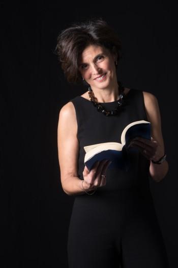 Maria, con un libro